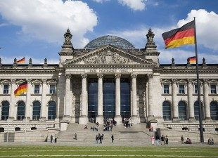 800px-Berlin-_The_Norman_Foster_redesigned_German_Bundestag_-_3833